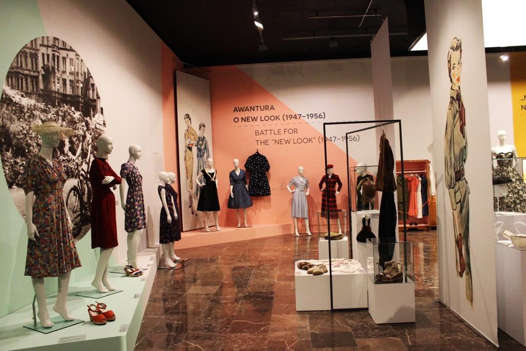 Powojenny New Look stworzony przez Christiana Diora, mający na celu sprawić, by kobiety znowu poczuły się uwodzicielskie i zapomniały o trudnym czasie wojennym, stąd wzorzyste sukienki podkreślające talię.