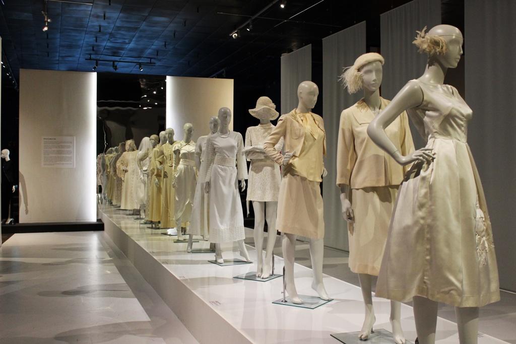 Dwanaście sukni ślubnych, ilustrujących historię przemian modnej kobiecej sylwetki na przestrzeni powojennego półwiecza.