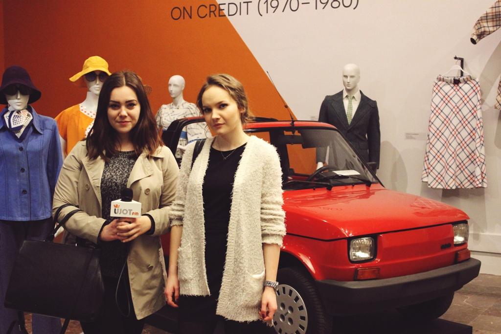 """Reporterki Olga Ptak i Kamila Jankowska (NEWSY UJOT FM) na wystawie: ,,Modna i już! Moda w PRL"""""""