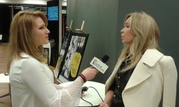Reporterka Marta Pustuł (NEWSY UJOT FM) podczas wywiadu z Joanną Przetakiewicz