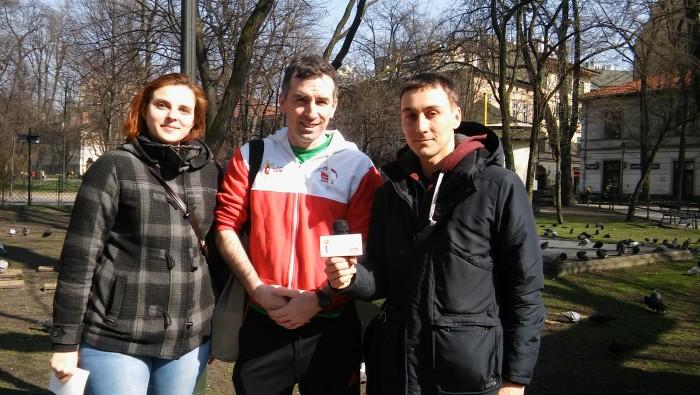 Na zdjęciu od prawej: Andrew Keogh, Sylwia (właścielka Tea Time Brewpub w Krakowie), Wojciech Łysek (NEWSY UJOT FM)